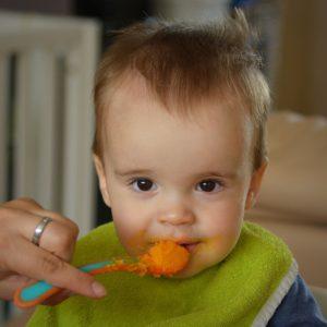 kiinda Silikon Teller (2er Set) BPA frei - spülmaschinenfest, mikrowellengeeignet, stapelbar, unterteilt | Perfekt für Babys und Kinder (Rot & Blau)
